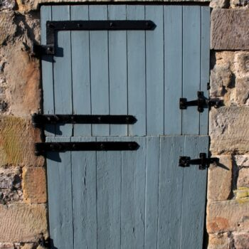 Detailed view of the stable door, leading to the southern room of Barn B, facing west. © Copyright ARS Ltd 2021.